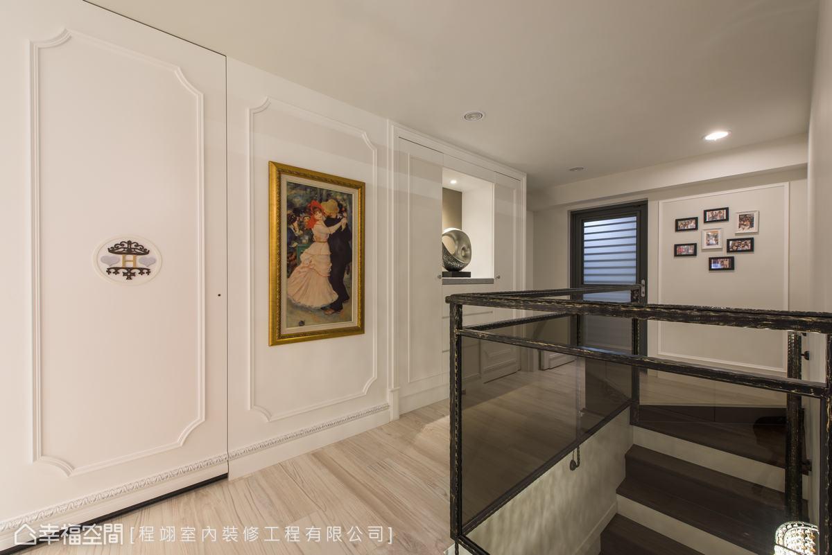 在白色底蘊中,以線板勾勒層次,加入畫作、家徽點綴,使空間頗具生意。