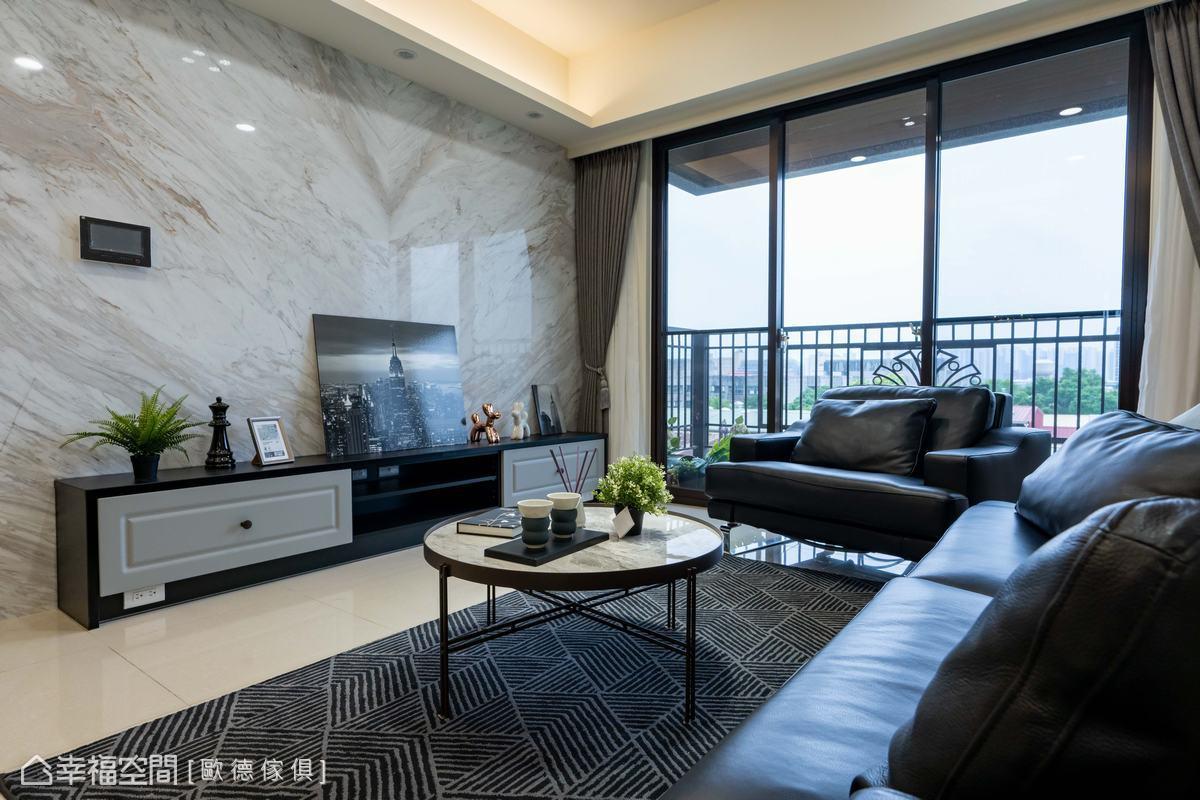 石材脈絡原始的斑斕成為空間中不容忽視的自然裝飾品,與地毯的規律紋路無形中產生強烈對比,激盪出耐人尋味的火花。
