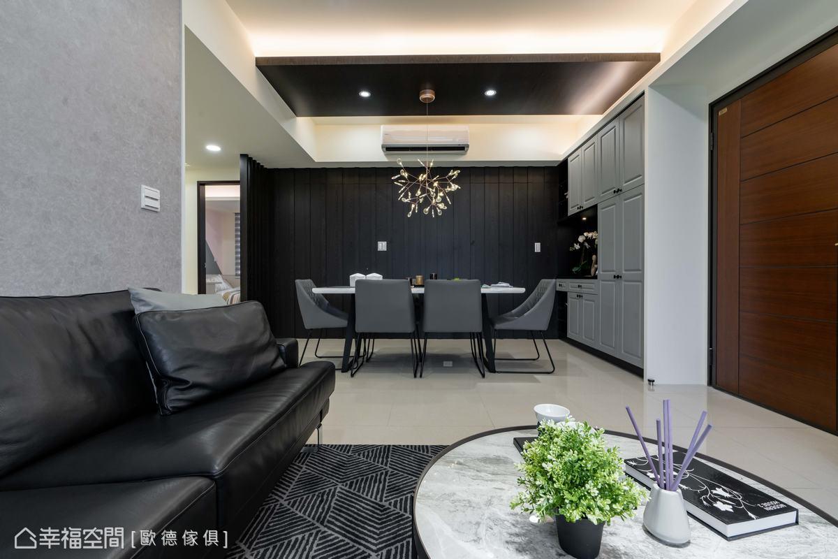 天花板與主牆皆使用黑色,使空間交互呼應,自成一方高雅餐敘領域。
