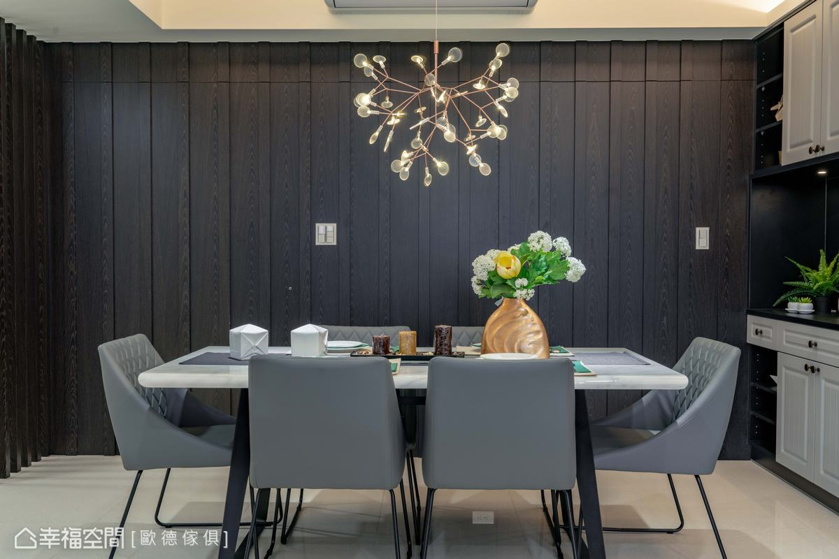 廚房與衛浴門片皆使用隱藏門手法藏於牆面中,展現一氣呵成的整體感。