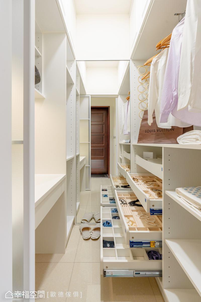 一應俱全的收納櫃體,讓屋主輕鬆收納各式飾品、衣物或包包,天天都展現自信迷人風采。