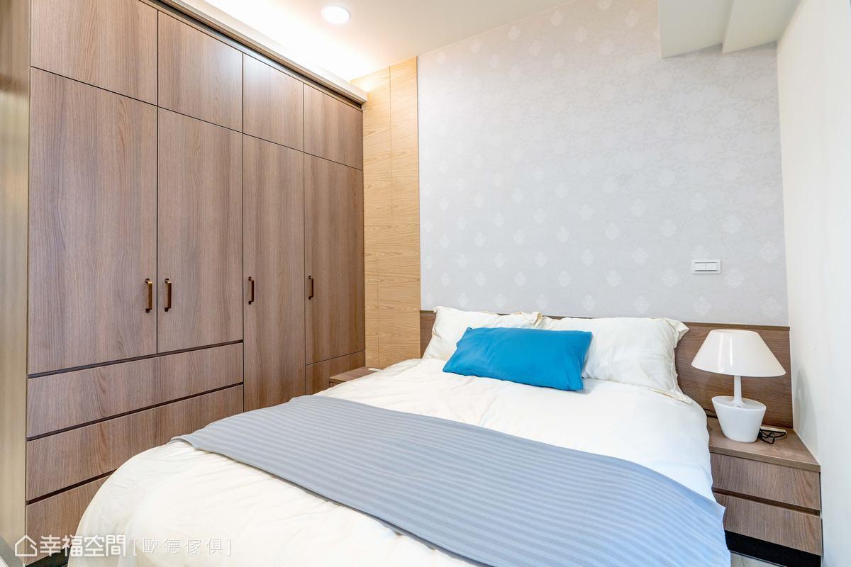 木質櫃體及保守款式的壁紙,圍塑簡約穩定的氛圍,為使用者帶來安定舒適的能量。