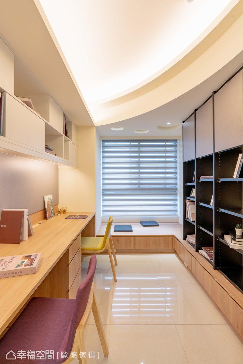 透過圓弧造型天花板中和黑色系統櫃的剛硬氣息,塑造流暢活潑的動態感。