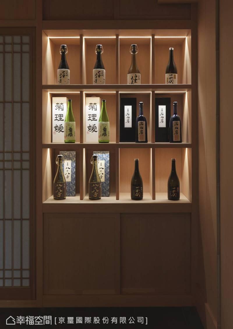 櫃檯後方的酒櫃也細心置入燈光,堆疊出立體層次感並聚焦視覺感受。