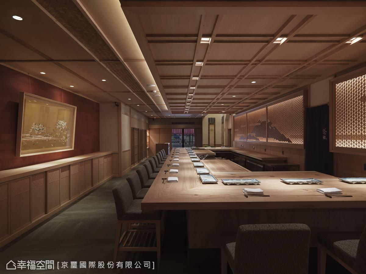 餐廳內以木構造設計及木格柵手法,營造日本江戶時代的懷舊場景。