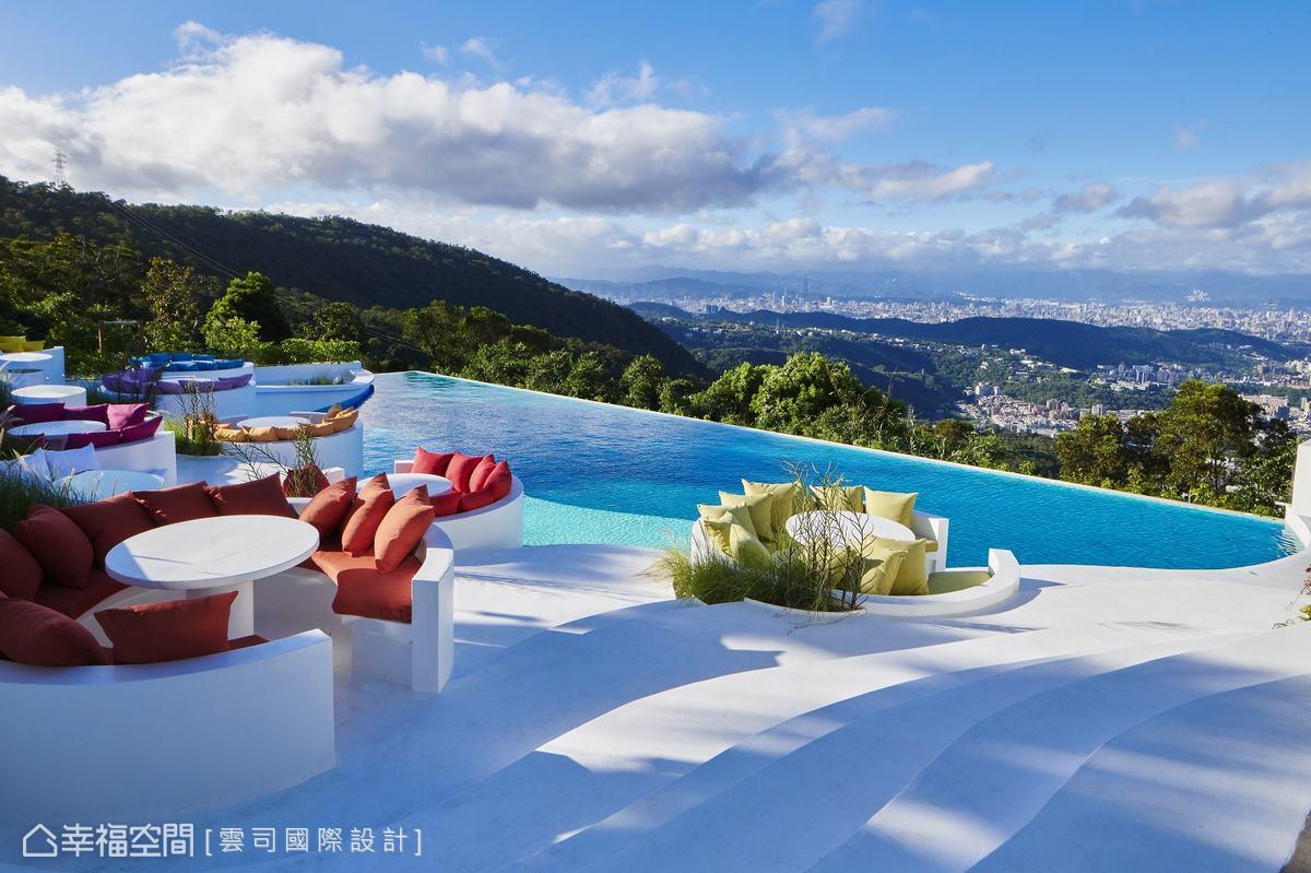 屋頂上餐廳坐擁城市風光,還有蓊鬱綠意簇擁,恍若桃花源般,瀰漫著自然休閒氛圍。