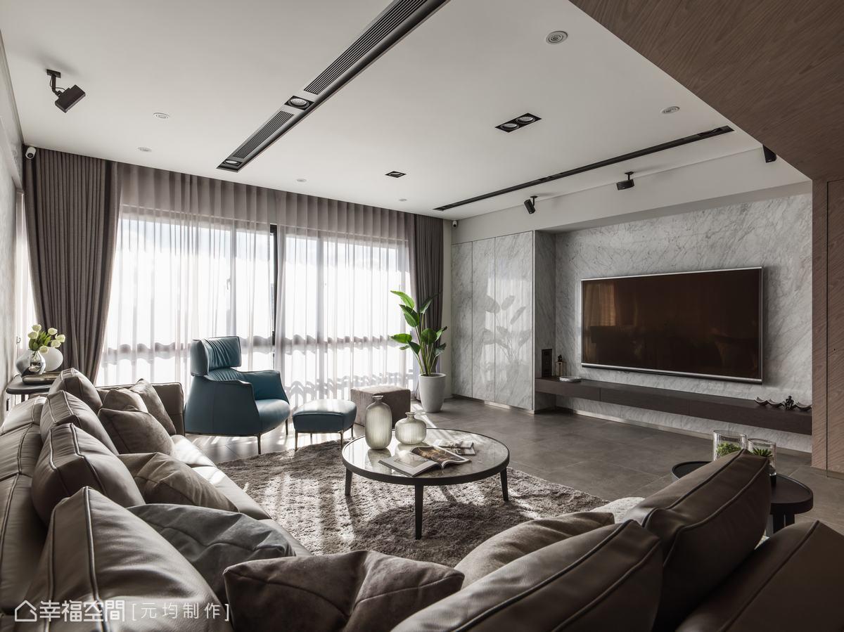 電視牆以漸層柔和的灰階色大理石鋪陳,潑墨式的紋路在空間中暈染活潑氣息,側邊收納櫃同樣以石材包覆,營造主牆的一體性。