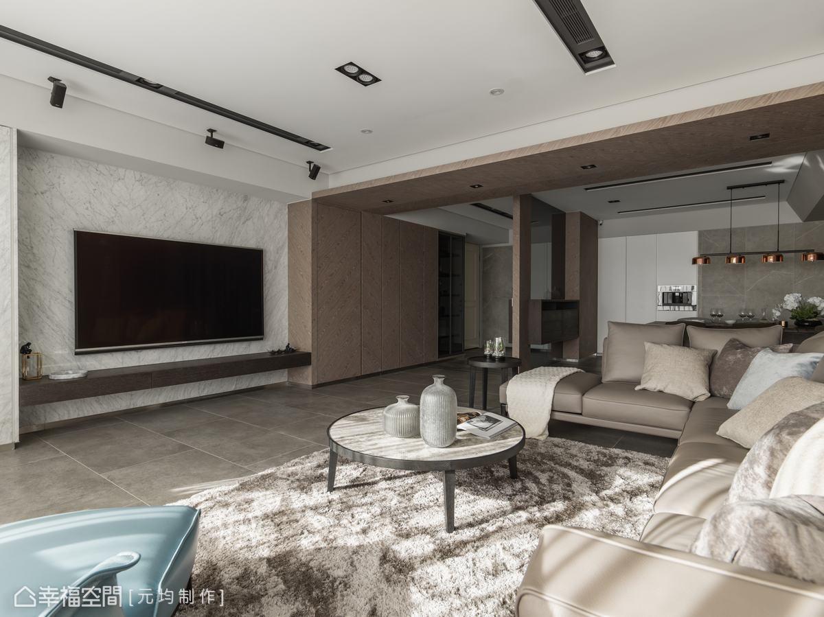 成面收納櫃以木皮紋路斜貼,自然木元素使現代感的空間挾帶溫潤感。