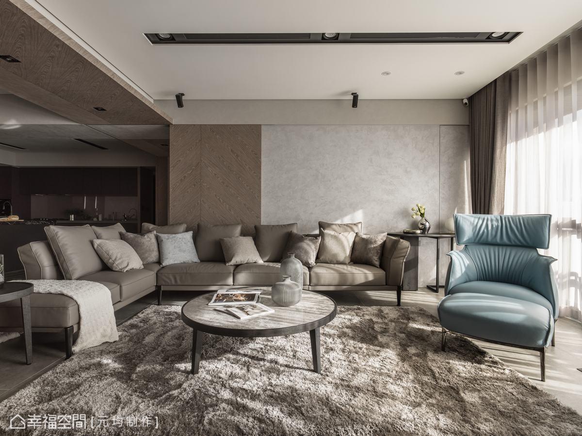 沙發背牆用的是義大利進口的特殊塗料,可以調解空氣中的濕度,塗料上的珍珠光澤隨著日夜光影變化,有著不同氛圍。