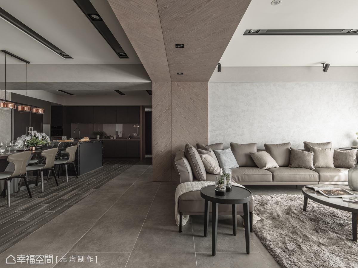為消弭客廳上方梁柱帶來的壓迫感,以木皮拼花斜紋對稱,從壁面至天花,一體成形向後延伸,中間以線條分割,增添豐富變化。