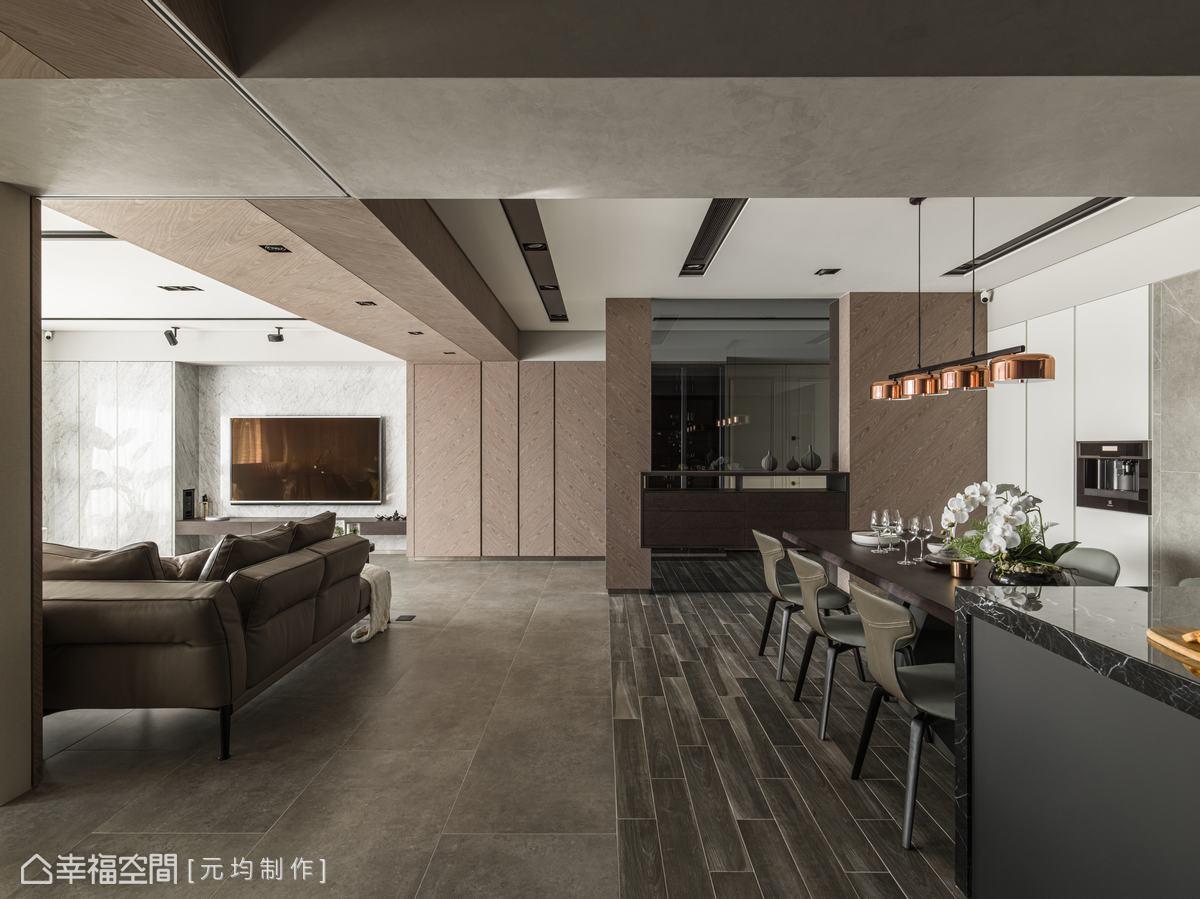 客廳與餐廳以不同紋路的地磚分界,餐廳區使用木紋磚,紋路自然變化,拼貼活潑效果。