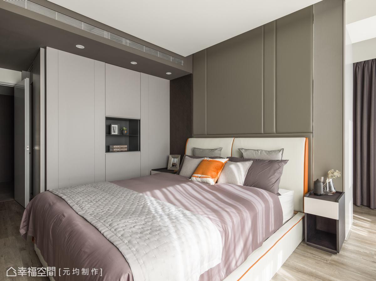 主臥房以更深的灰階定調,暖咖啡灰的繃皮床頭板增加空間的立體感,造型變化而不過於花俏,營造暖心舒眠氛圍。