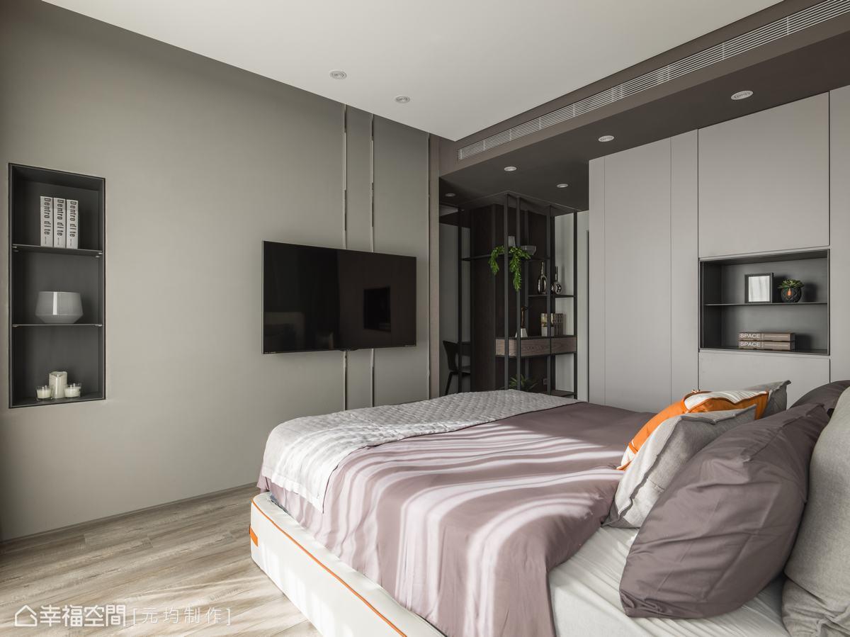 主臥的電視牆與床頭牆皆為珪藻土,可調節空間中的溼度,牆上綴以不鏽鋼線條,精緻每一處細節。