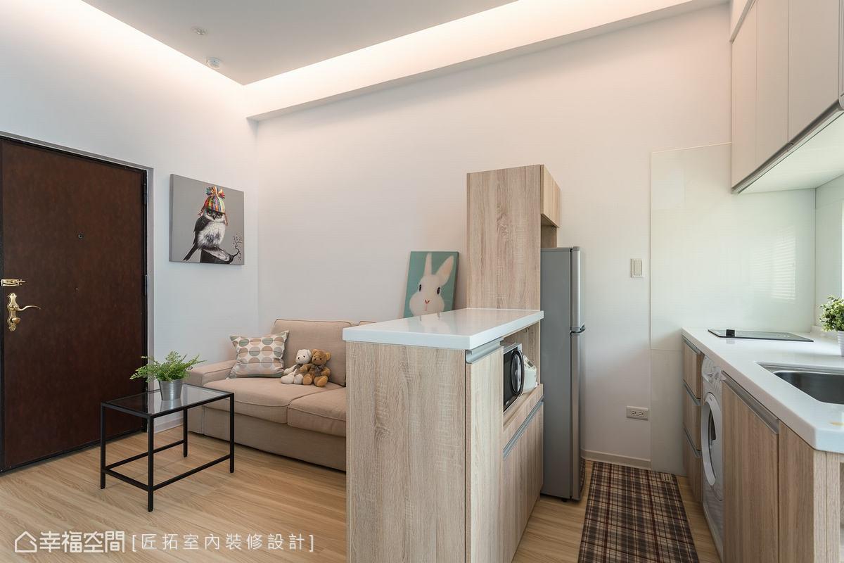 開放式公領域,讓動線明朗順暢,一氣呵成,透過中島台區隔出客廳與廚房的領域。