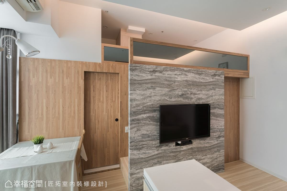 電視牆後方原本作為更衣室使用,考量到屋主的腳力不方便上下樓梯,將更衣室改為臥房,貼近使用者需求。