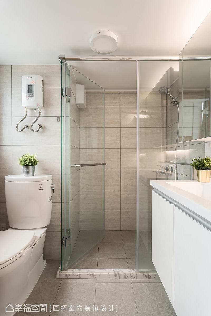 原本的淋浴空間,只有一處圓弧形角落,在空間往外推後,放大了原本空間,也完善了生活的機能。