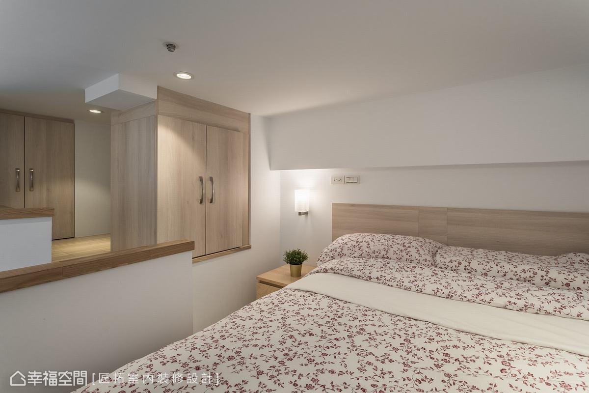 位於二樓夾層空間,樓梯走道兩側,右邊規劃了一間雙人房,左邊則為收納空間。