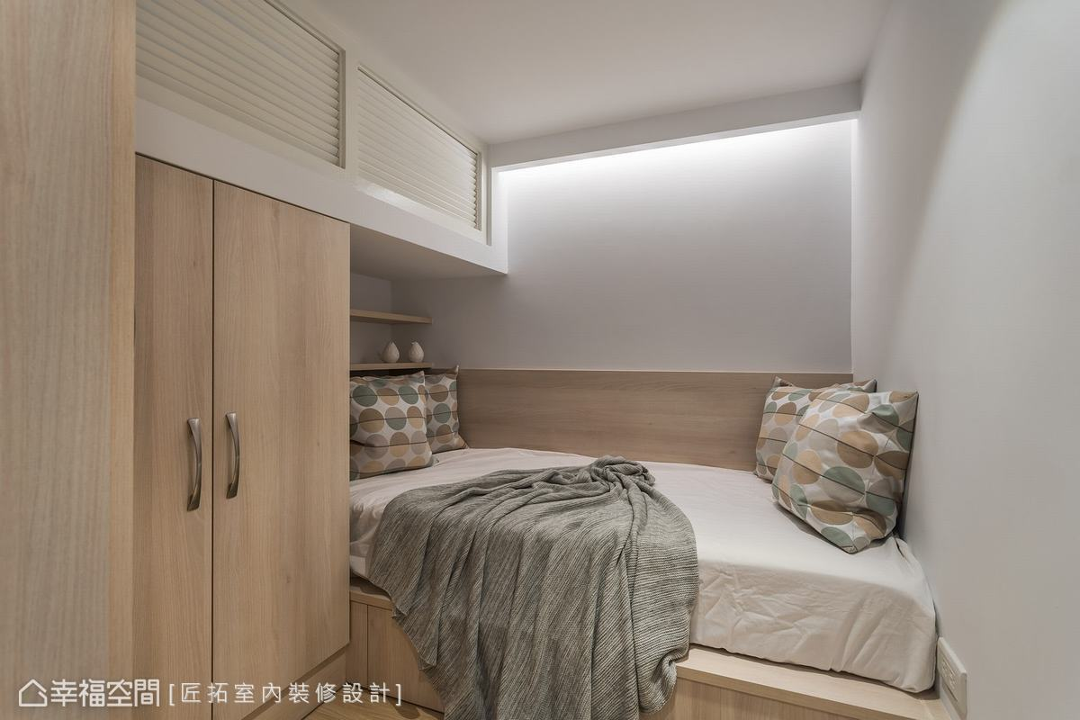 將原有的更衣室改成臥房,是為了方便女屋主不需要上下樓梯所做的貼心規劃。上方的木百葉窗方便調節空氣及採光。