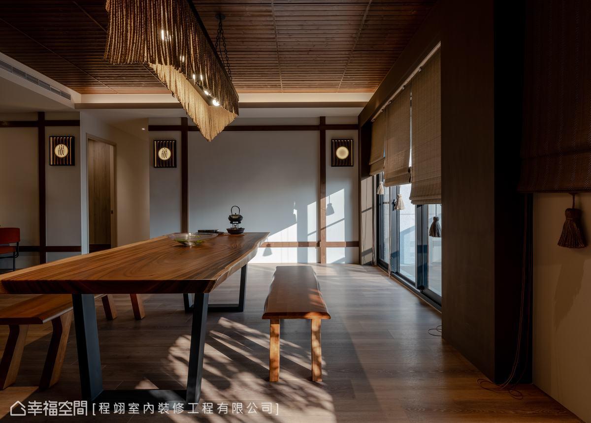 全室以木元素地板為底蘊,木桌與木椅等家具的相互搭配,呈現濃厚日式風情。