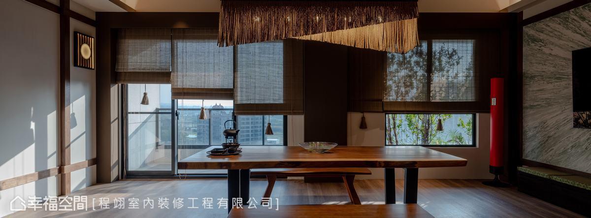 通往陽台的成面落地窗搭配竹簾,若隱若現的光影織構休閒愜意日式氛圍。
