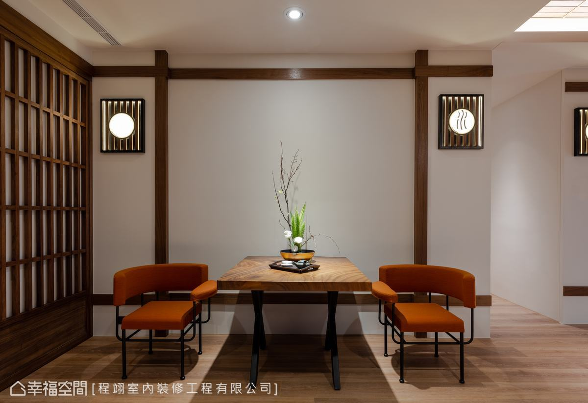 簡約餐廳以白色為基調,與原木色相襯,搭配暖橘色餐椅,營造溫馨用餐氛圍。
