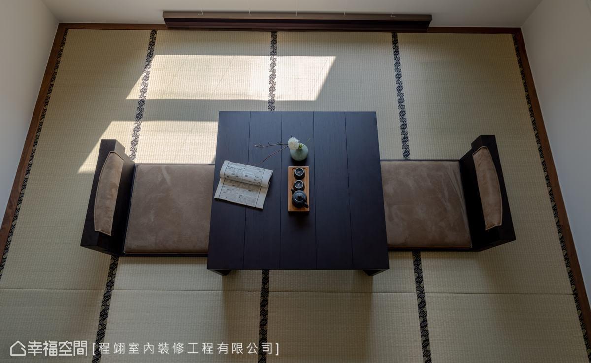 榻榻米地坪上擺放茶道桌及和室椅,充分表現日式精神。