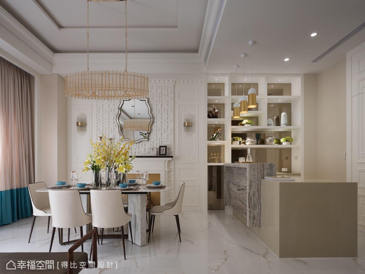 侯榮元設計師將吧台做出高低落差,較高的大理石吧台桌可遮擋人造石檯面上的雜物,保持整潔俐落外觀。