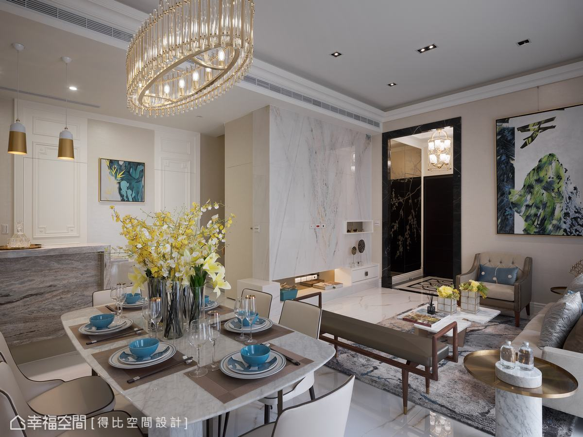 玄關處配電箱以大面儀容鏡遮蔽,並烙印花卉噴砂,帶出典雅的東方韻味。