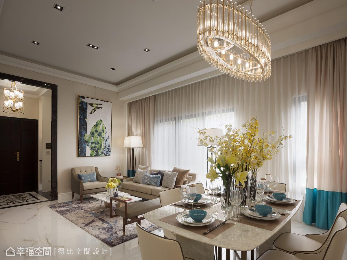 孔雀藍窗簾、抱枕、畫作、餐具等軟件,恰如其分點綴出人文藝術感,營造迷人優雅氣韻。