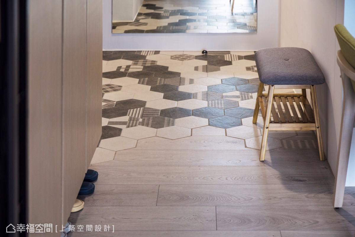 採用與木質地坪相近的六角磚拼貼,流暢銜接公共領域,傳遞律動美感。