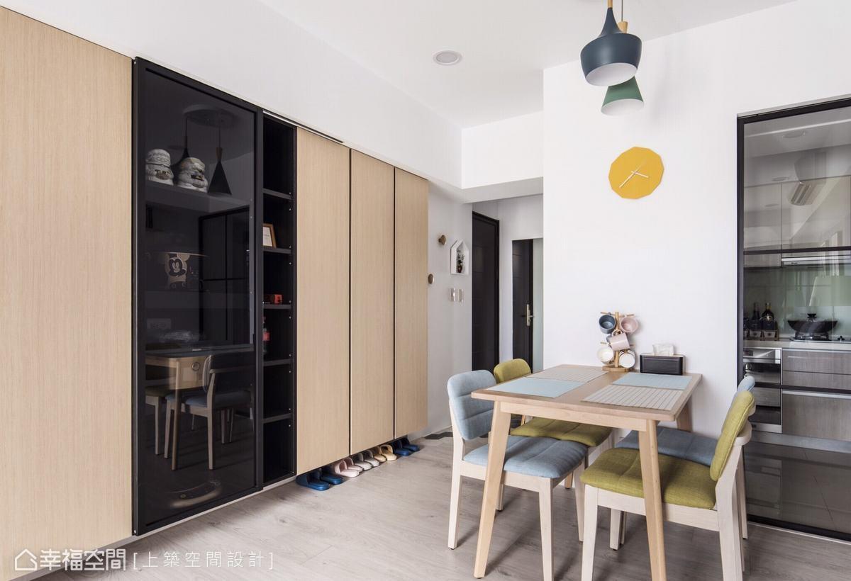 開放式層架與封閉式櫃體的結合,豐富立面層次,同時滿足收納及展示需求。