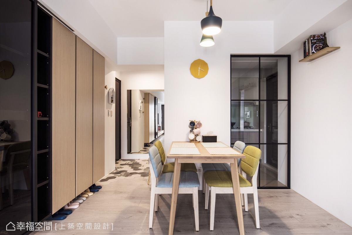 白色牆面搭配大量木質的使用,創造清新舒適的居家氛圍。廚房採用具穿透性的玻璃門區隔,維持開闊感,並避免油煙逸散。