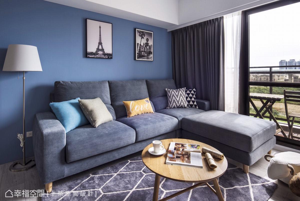 飽和的藍色牆面烘托出浪漫的異國情調,搭配沙發、地毯等軟件,提煉和諧的優雅韻味。
