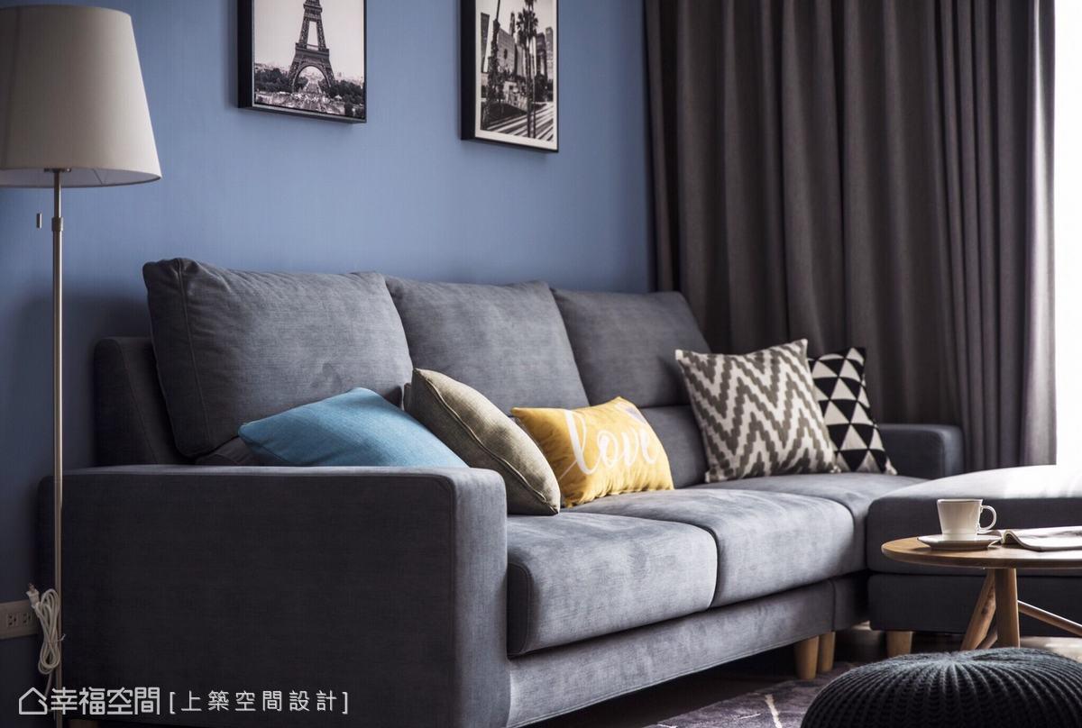 柔軟的沙發、黑白照片、簡約立燈形塑美感小角落,空氣中飄散著愜意悠緩氛圍,療癒疲憊的身心靈。