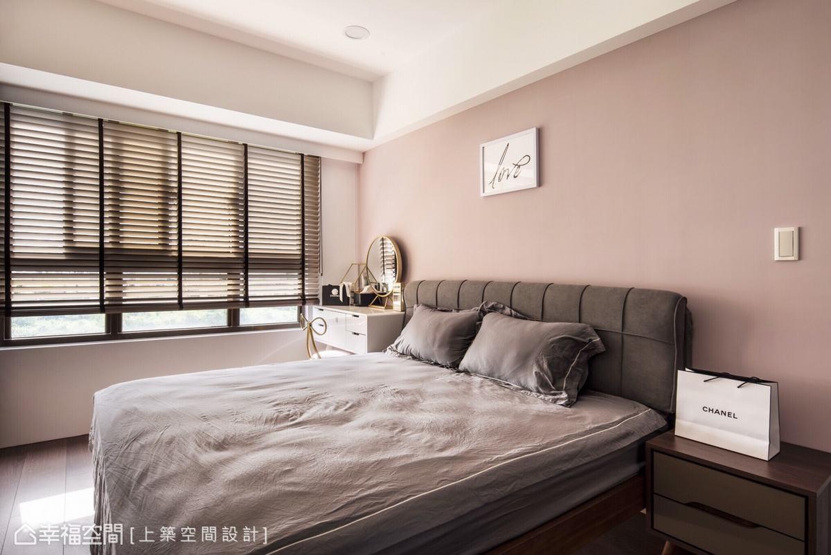 以優雅的灰粉色調作為空間主色,再妝點上藝術畫作,圍塑雅而不膩的氣質空間。