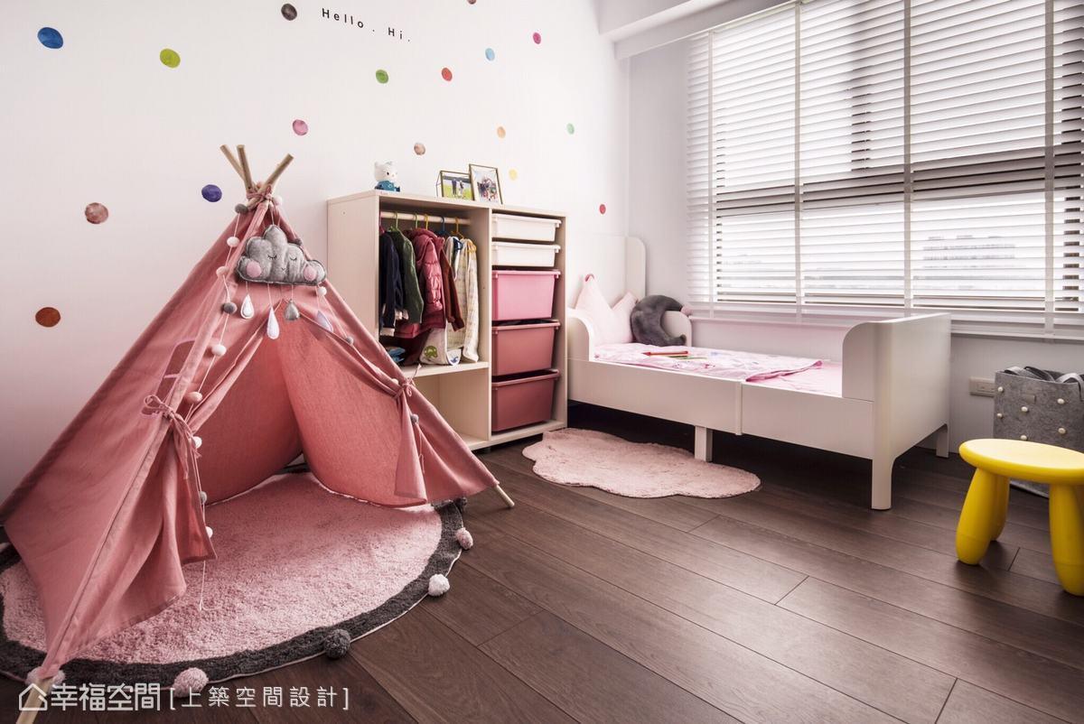 以粉紅色打底,並點綴上繽紛多彩的圓點,營造出充滿童趣感的夢幻場域,實現小女孩的公主夢。