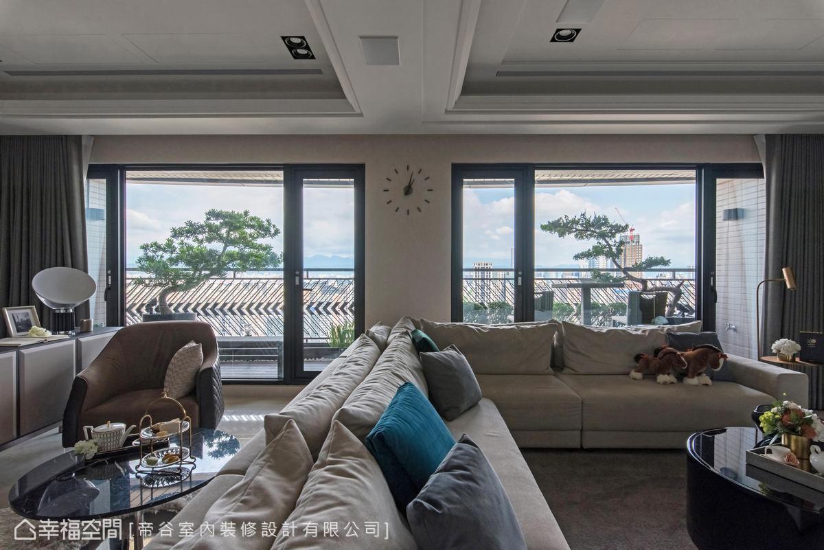 居於高樓得天獨厚的遼闊視野,以落地玻璃時時可見窗外藍天,與家人共享美景之樂。