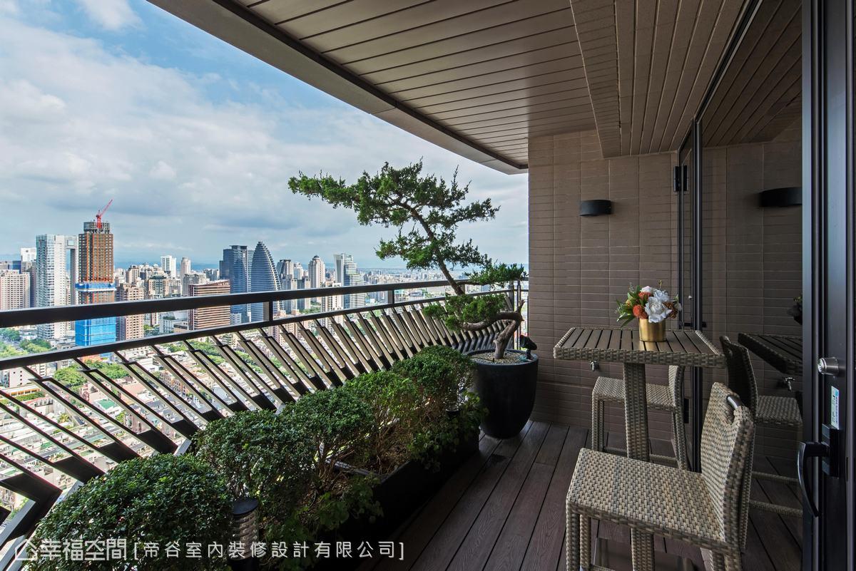 設計團隊特別為高樓的美景設計舒適、愜意的看台,不論白天或夜晚都能有獨一無二的視覺景觀享受。