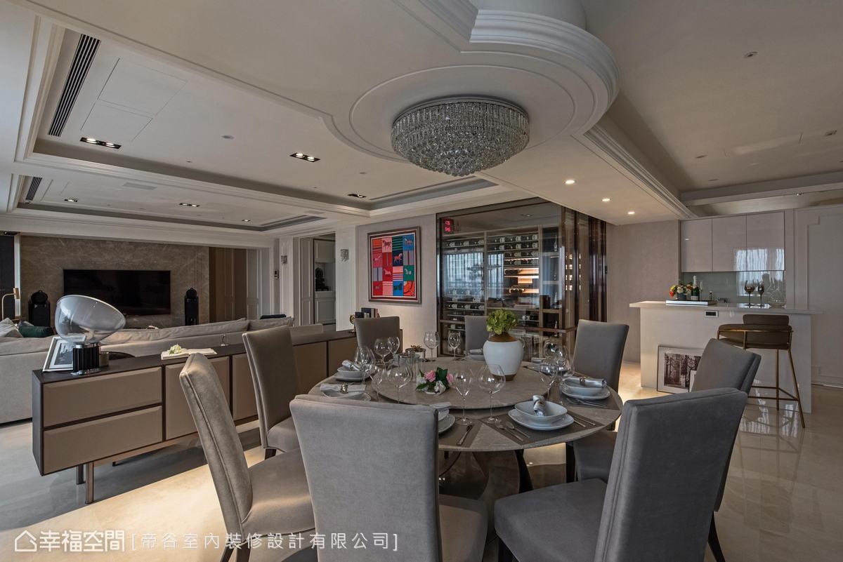 天花以線條堆疊圓的造型,搭配圓形的水晶燈,來修飾大樑,再以圓形餐桌作為呼應,因用餐時都坐著,可以減低壓迫感。