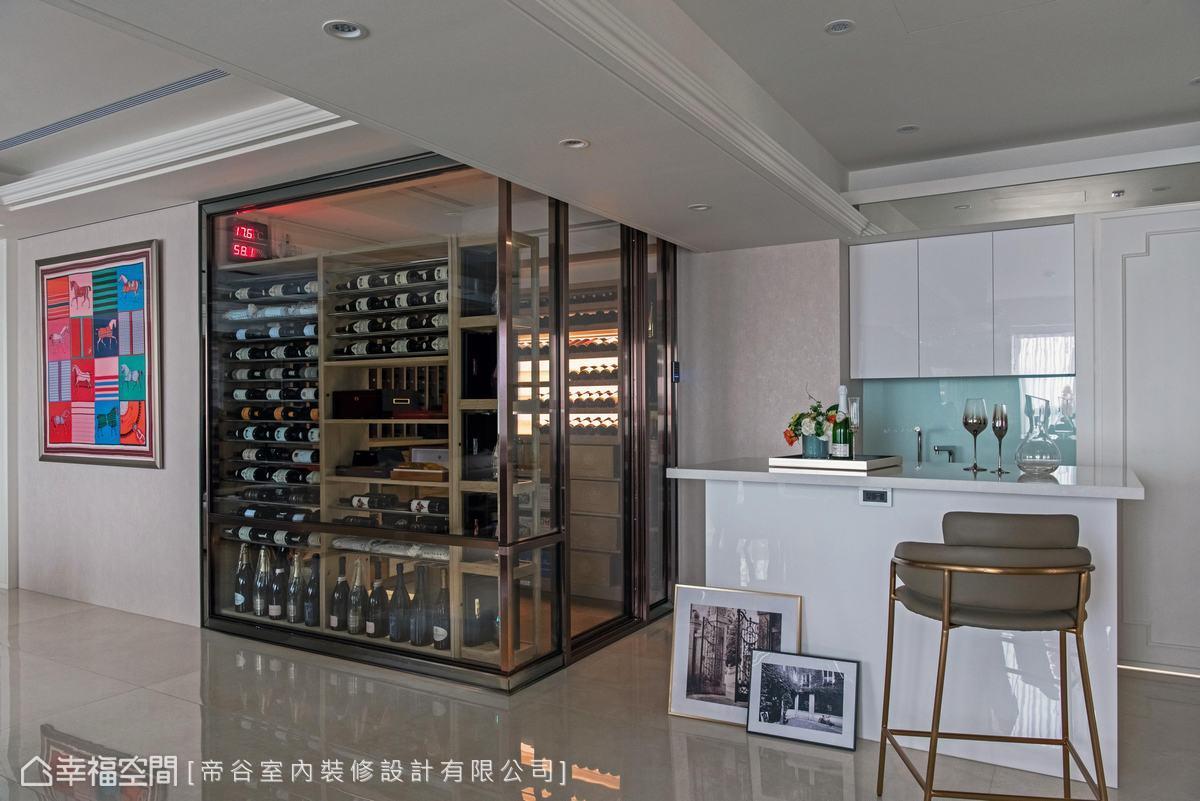 在酒窖旁邊設置吧台區,讓男屋主與訪客可在此品酒,以白色烤漆營造輕鬆氣氛,配置飲料冰箱、水槽餐台。