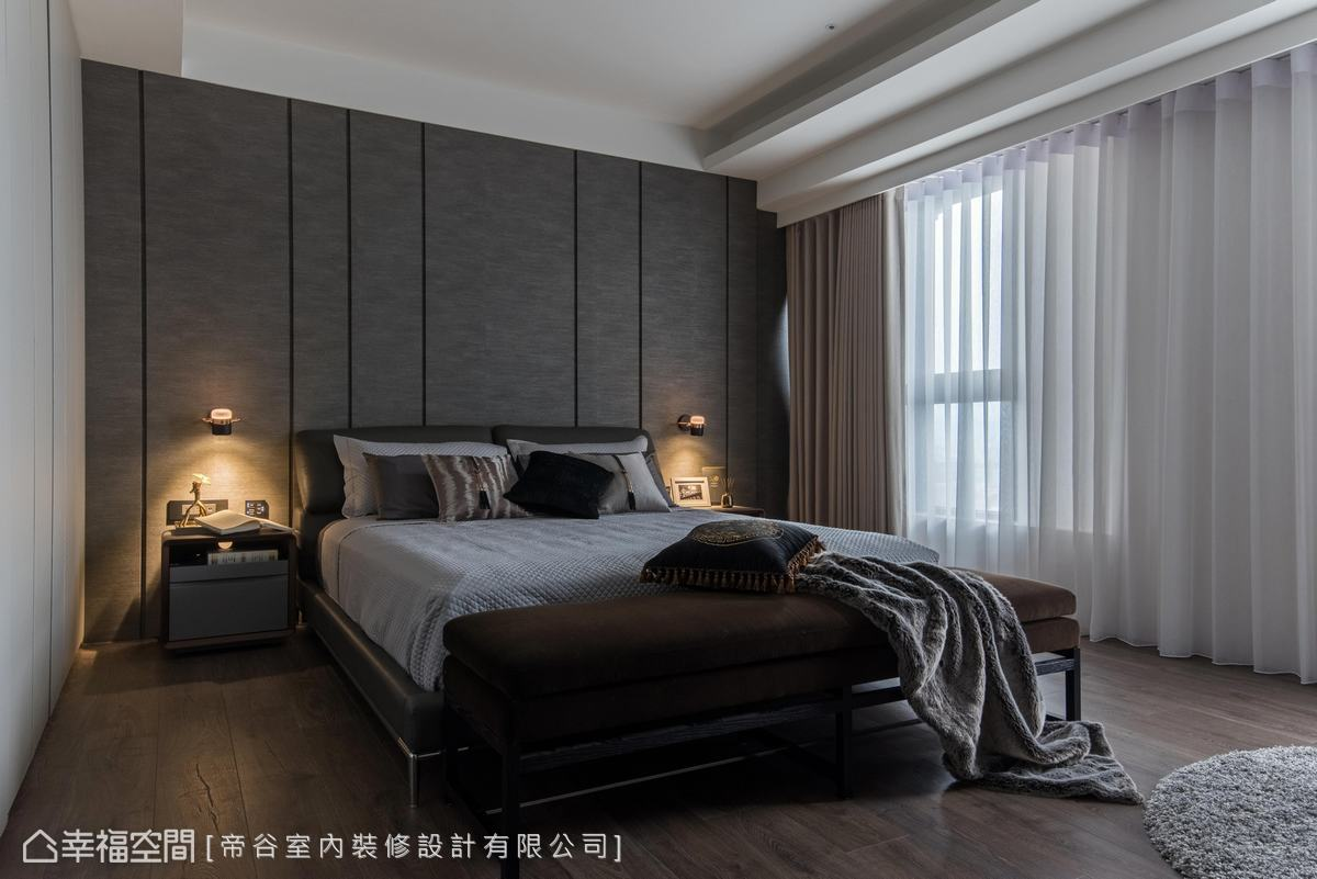 以沉穩的色系使空間呈現寧靜、平和的氛圍,床背牆使用進口壁布,並用溝縫做分割造型,簡單俐落。