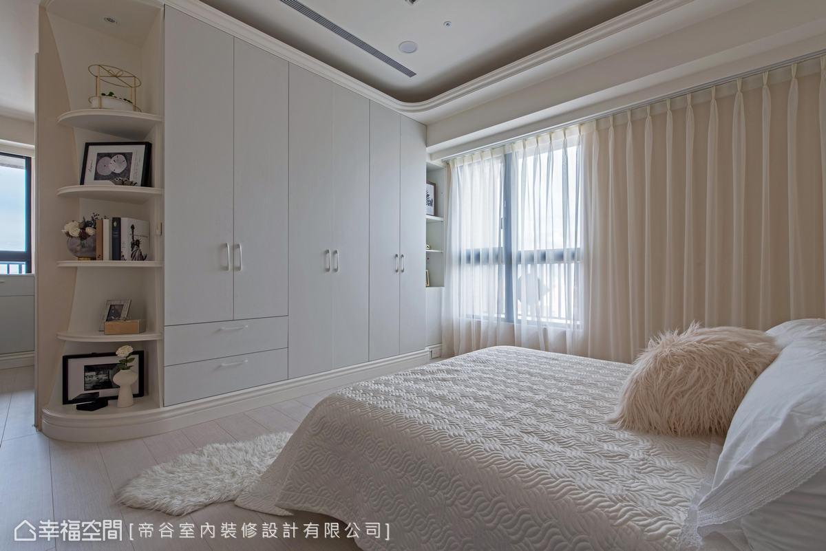 以白色與粉紅色營造唯美、浪漫的清新風格,白色櫃體與展示架,讓空間簡潔、明亮。
