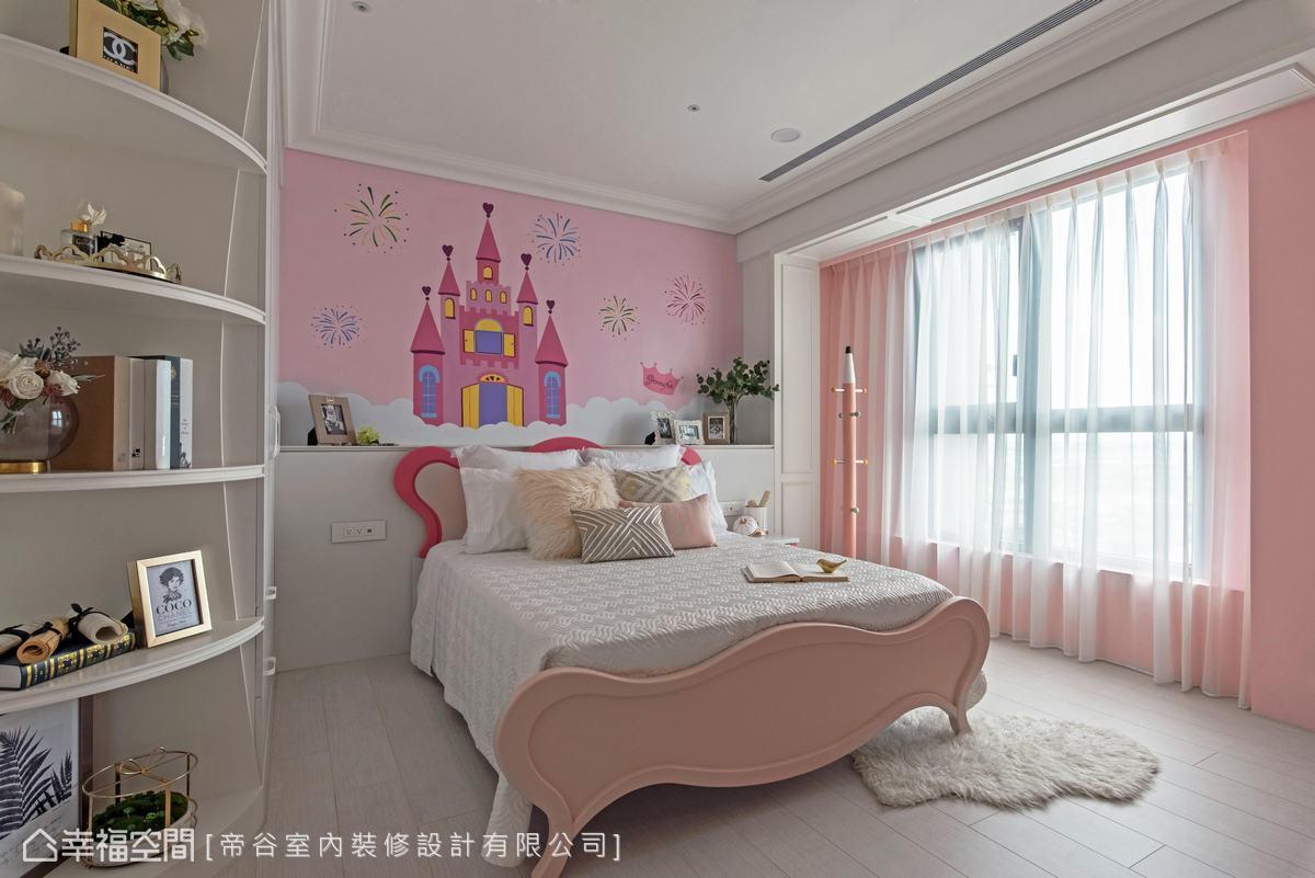 粉紅色系的浪漫公主風,床背牆請畫師按屋主女兒的想法畫了一座童話故事中的城堡。
