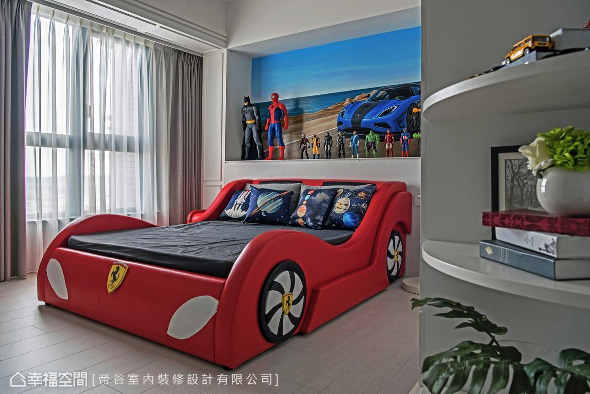 屋主的兒子喜歡名牌跑車,找廠商訂製法拉利造型床組,床背牆請畫師畫出車子,並放置公仔。