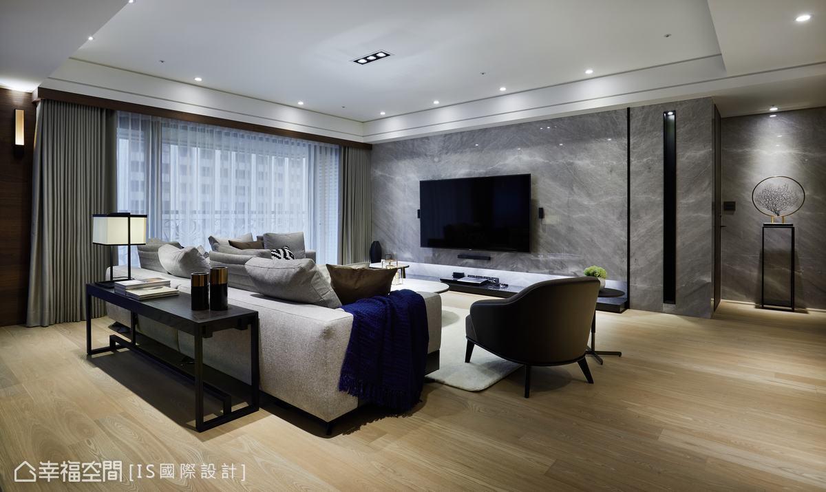 客廳運用翡冷翠石材,兩側再加上鐵件線條和燈溝,並結合機櫃烘托恢宏的空間氣度,又饒富精緻細節。