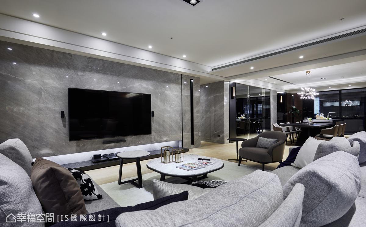延展公領域的開闊性,將客廳主牆後退10公分,餐廳鏡面牆延伸視覺,形塑大宅氣韻。