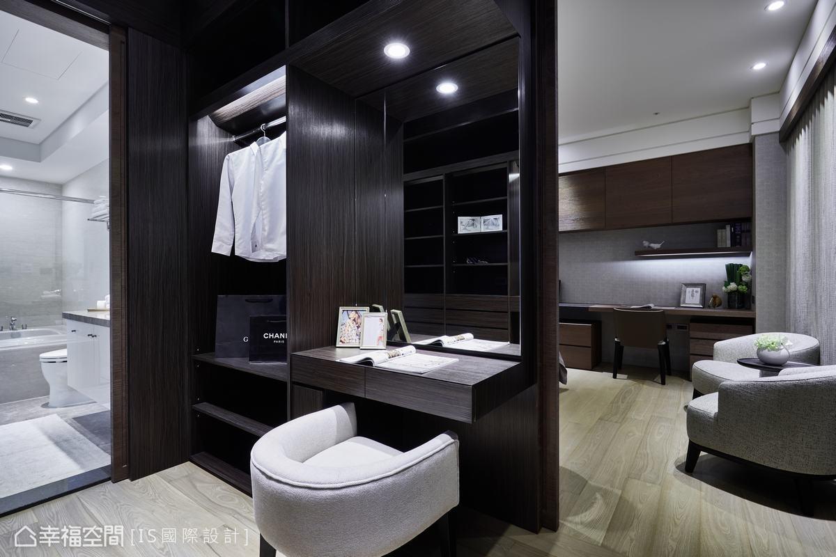 主臥床頭左側木頭拉門推開,隱藏著更衣空間,再連接到主臥衛浴,動線流暢,機能十足。