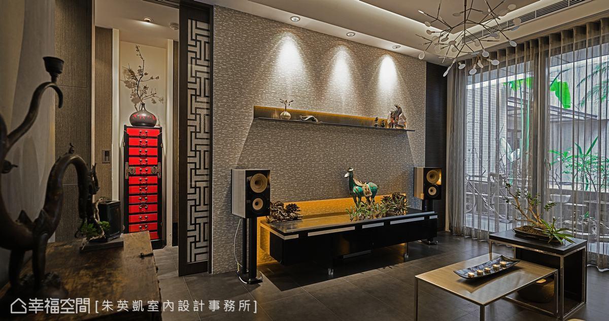 以內斂的灰色作為牆面主色調,搭配具有東方元素的櫃體與裝飾品,形塑接待區的人文氛圍。