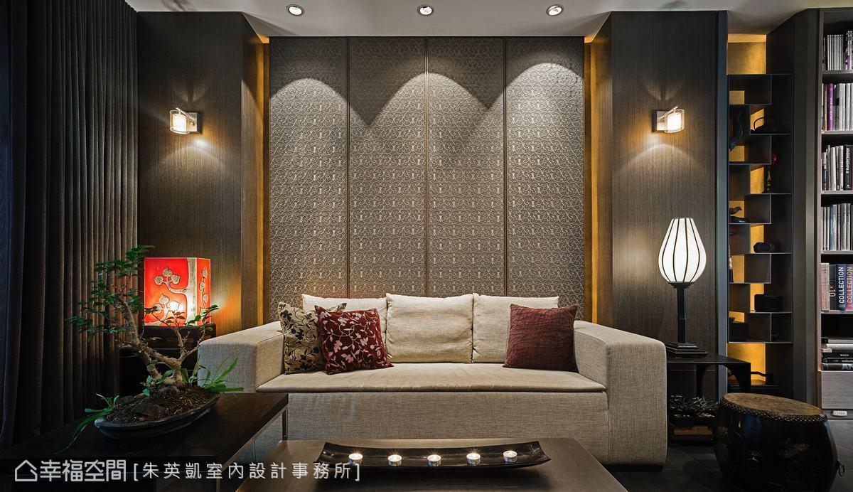 為修飾原始結構柱,設計師將另一側設置暗櫃,使背牆兩側以對稱呈現。