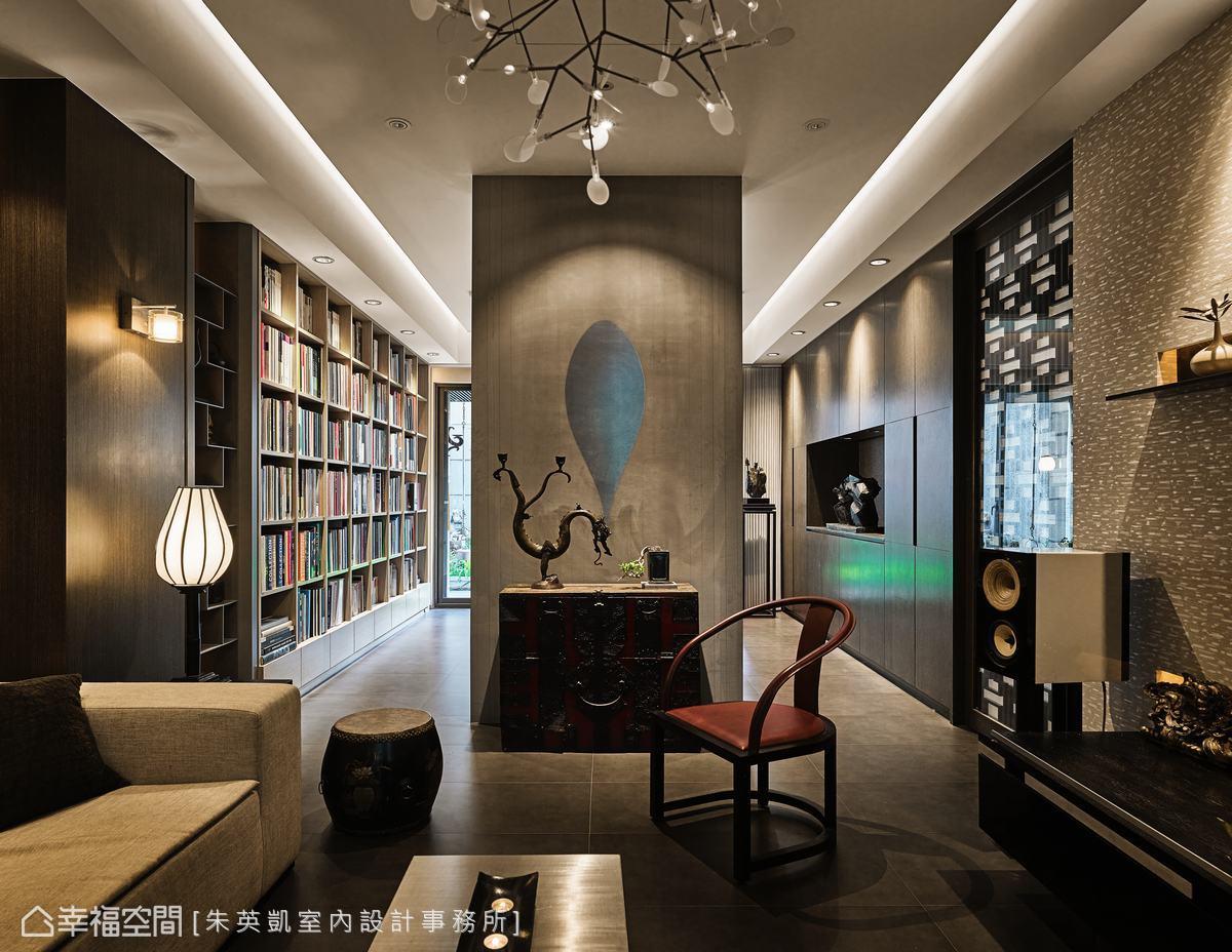 由於格局為挑高樓中樓,利用高度與燈飾搭配,在靜謐的空間中做出頗具層次的光影效果。